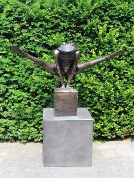 Kikker jump XXL uit brons op een blok van 20*20 cm